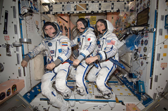 do astronauts in the space station experience gravity - photo #16